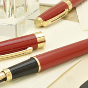 赤色好きな彼氏へのプレゼント。シェーファーの専用箱入り万年筆(赤)
