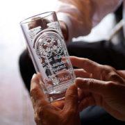 義父の退職祝いで、乾杯時に気付くサプライズ!名入れビールジョッキ